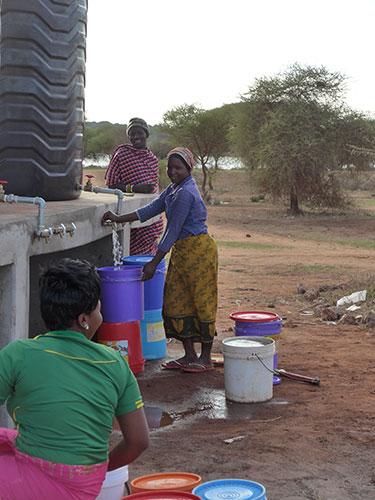 Die Frauen des Dorfes holen Wasser, um ihre Familien zu versorgen