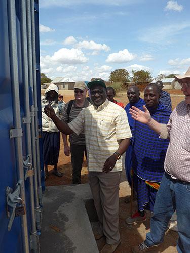 06.12.2016 – Das Installationsteam ist in Sukuro angekommen und der Container wird vom Chef des Wasserkomitees geöffnet