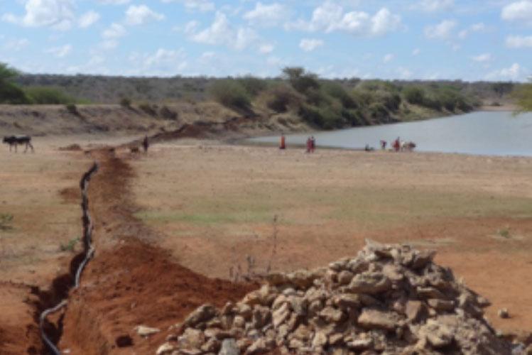 08.12.2016 - Das zu reinigende Rohwasser stammt aus dem See im Dorf. Der Graben für die Zuleitung zum Container wird gegraben