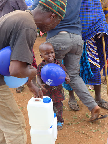 Auch die Jüngsten im Dorf sind von PAULA begeistert!