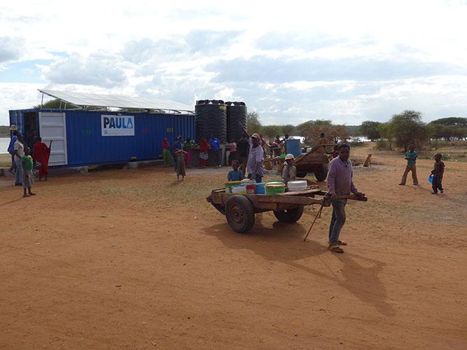 … auch mit Handkarren wird nun das Wasser in die nahegelegene Nachbarschaft transportiert